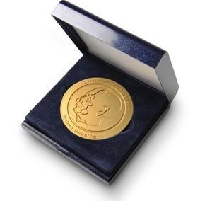 Proginis medalis dėžutėje