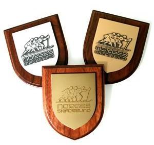 Plaketės: aukso, sidabro ir bronzos skydai ant medinio pagrindo